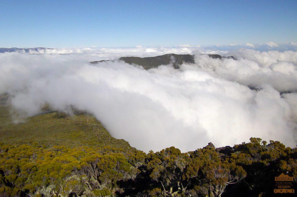 Mer de nuages sur le coteau Kervegen la réunion