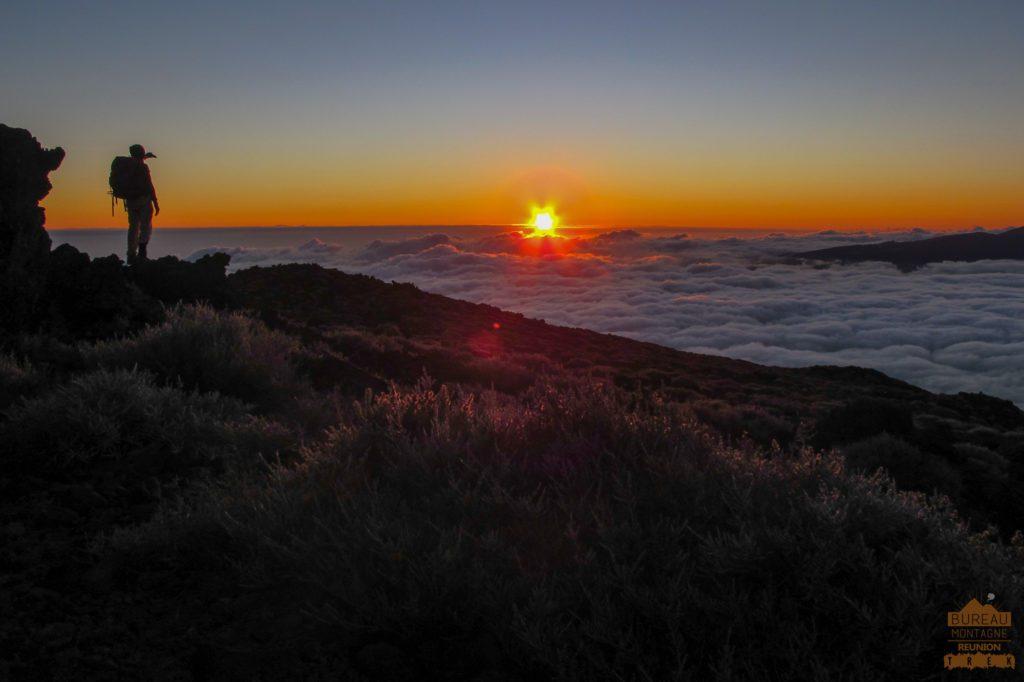 lever de soleil depuis le Piton des Neiges randonneur