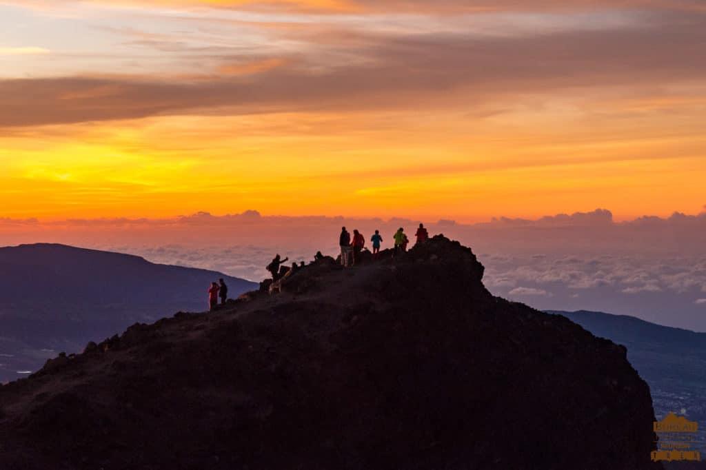 le lever de soleil depuis le Piton des Neiges randonneur trek