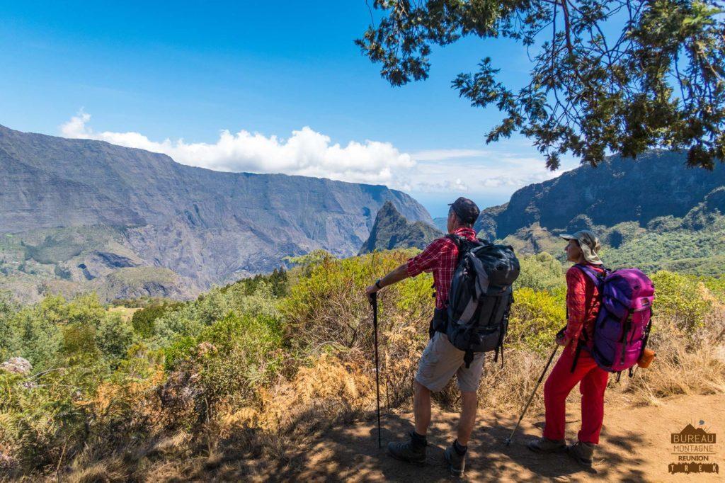 randonneurs vue sur Mafate sous la Plaine des Tamarins réunion trek