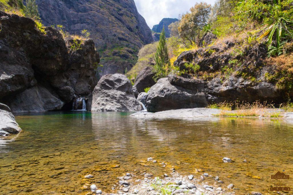 mafate randonnée réunion trek agence GRR2 diagonale traversée roche ancrée rivière