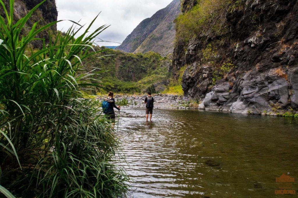 randonneurs Dans la rivière des Galets mafate guide 974
