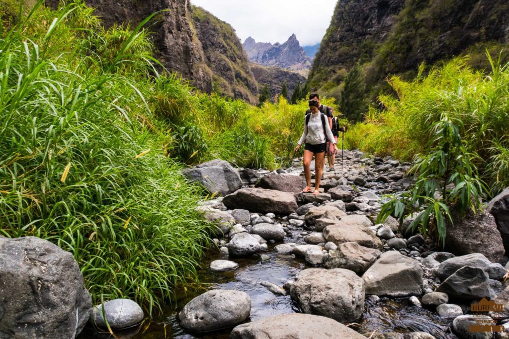 Dans la rivière des Galets randonneur mafate réunion guide trek