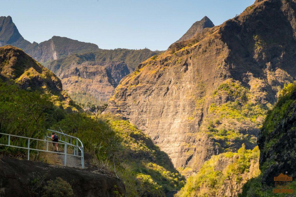 En chemin dans Mafate randonneur trek 974 guide