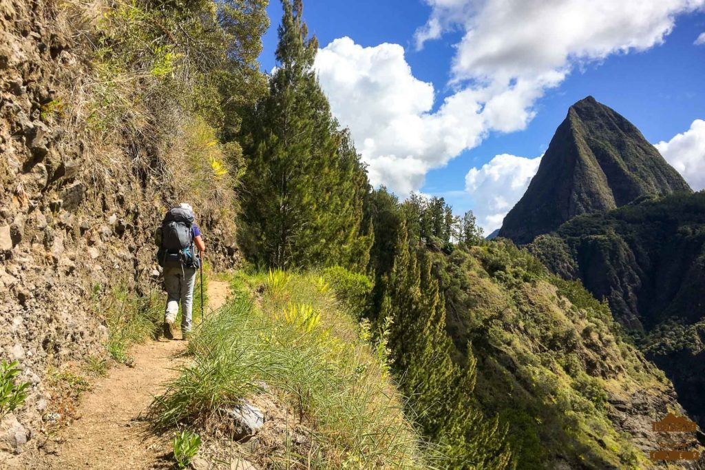 En chemin dans Mafate, le piton Cabris randonneur guide 974