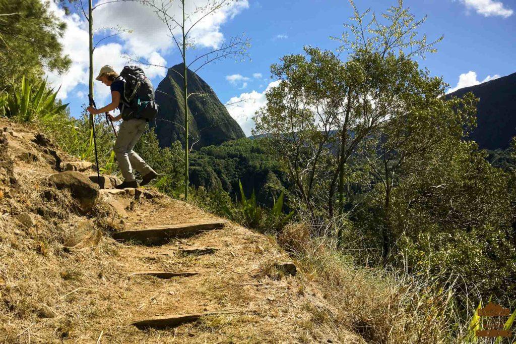 En chemin dans Mafate, le piton Cabris guide randonnée randonneur