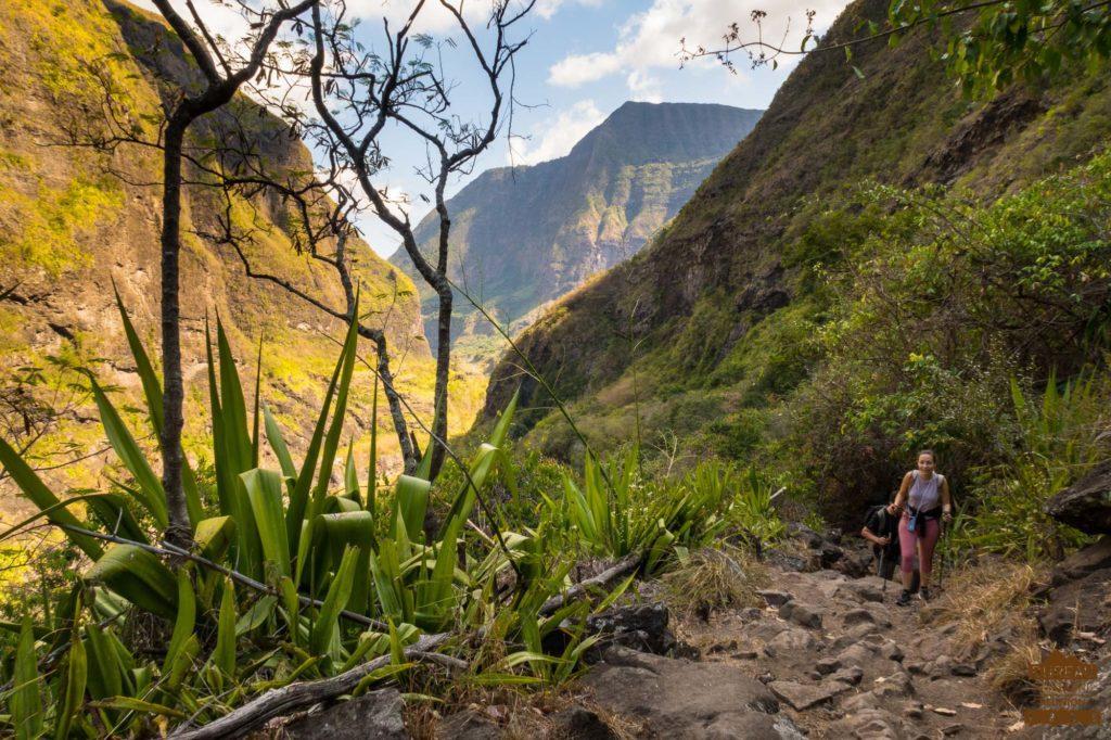 randonneur En chemin dans Mafate guide trek 974