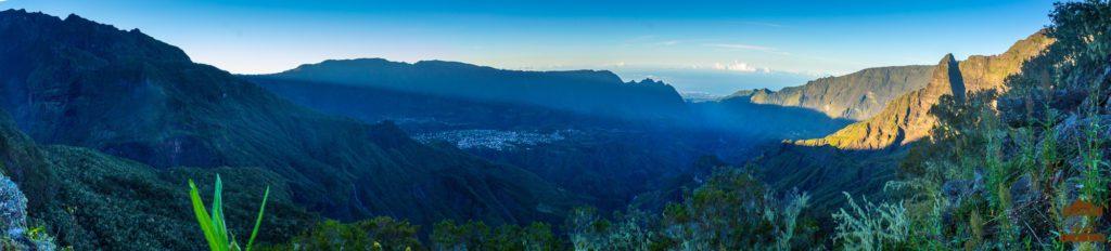 Panorama sur le cirque de Cilaos au petit matin réunion trek 974 piton fleur jaune