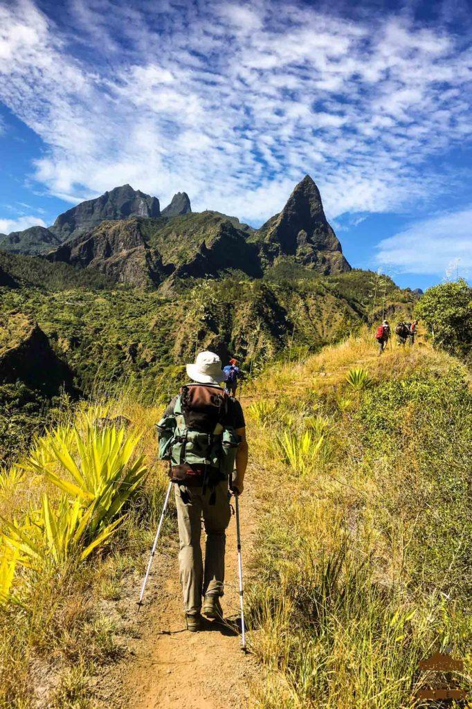 Sentier dans Mafate réunion randonneur piton calumets morne de fourche 974 trek