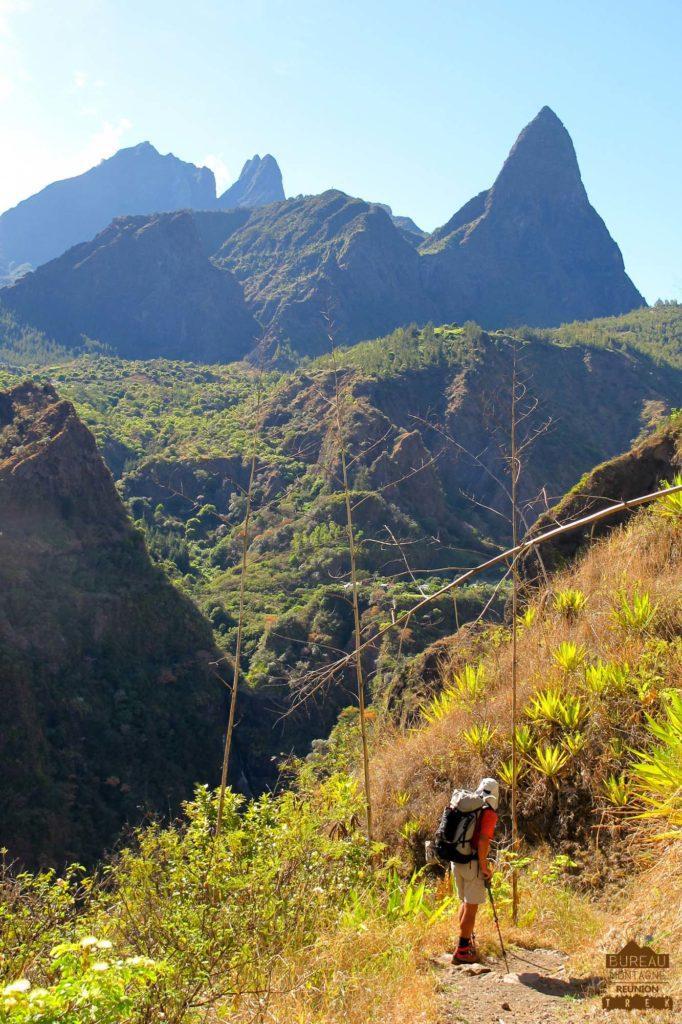 Sentier dans Mafate randonneur trek 974 réunion piton calumet gros morne