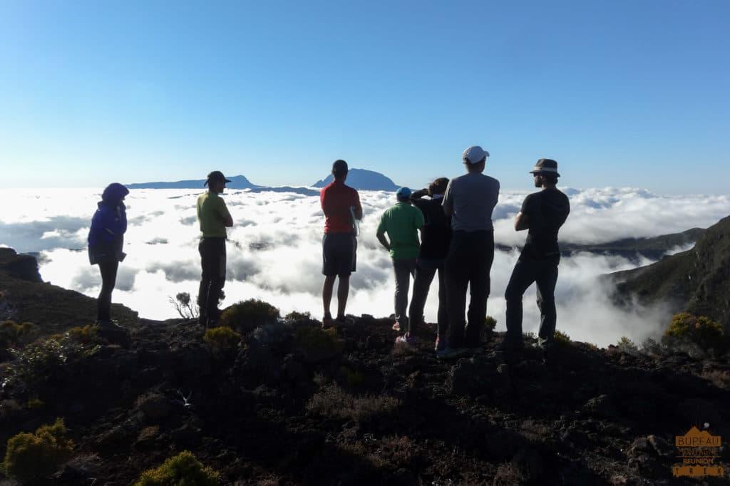 randonneur couché de soleil sur le Piton de La Fournaise réunion trek guide